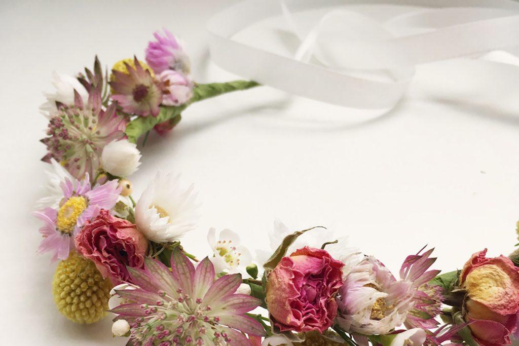 Atelier de couronne murale de fleurs séchées et broderie fleurie